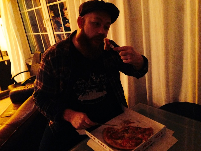 Martin stärkt sich mit Pizza