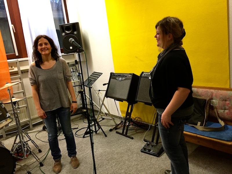 Jasmin und Tanja arbeiten mit Katja