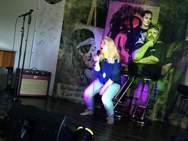 Lila rockt die Bühne
