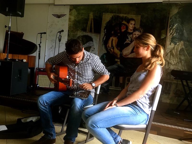 Fabian stimmt seine Gitarre