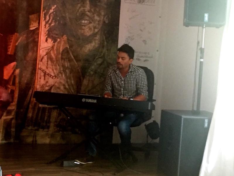 Piano spielen kann er auch :)