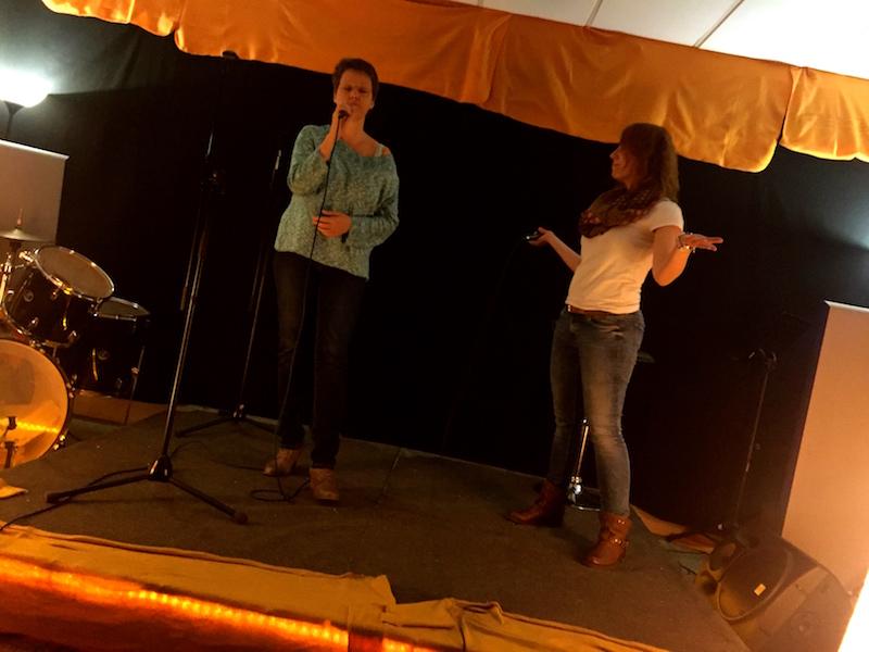 Jessi und Maren üben ihren Song für die Open Stage