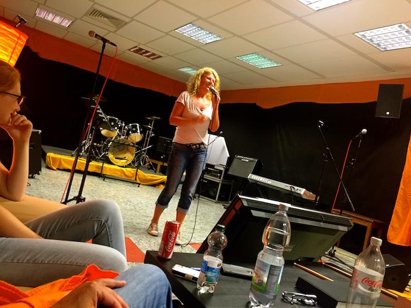 Petra performt ihren Chanson