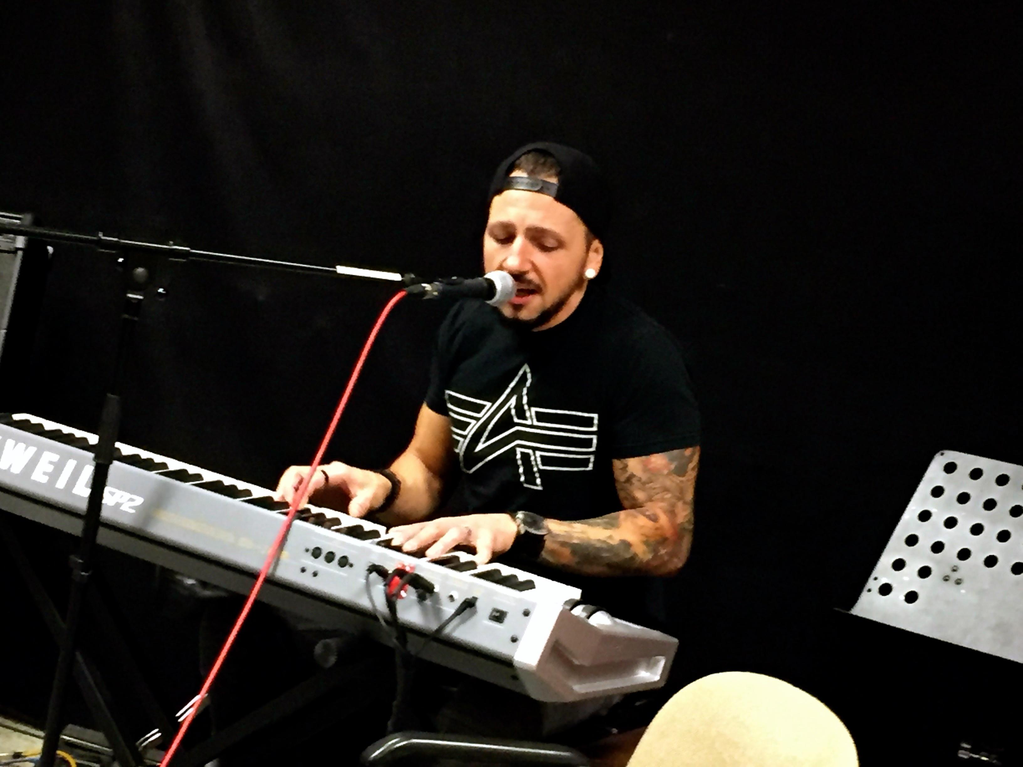 Chahid mit seiner Songvorstellung am Piano