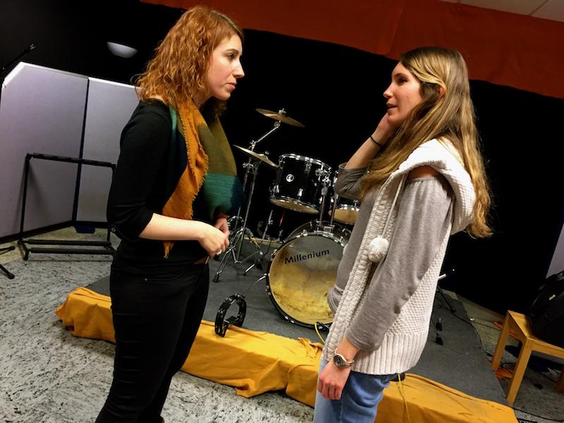 Chrissie erklärt Maren (SIA) die optimale Einatmung