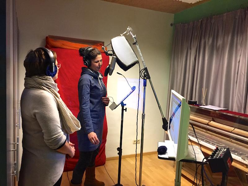 Jana und ich singen unseren Song ein.