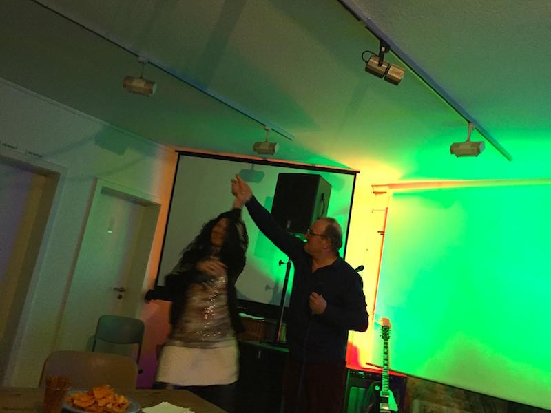 Dieter performt und fordert Jana zum Tanz auf
