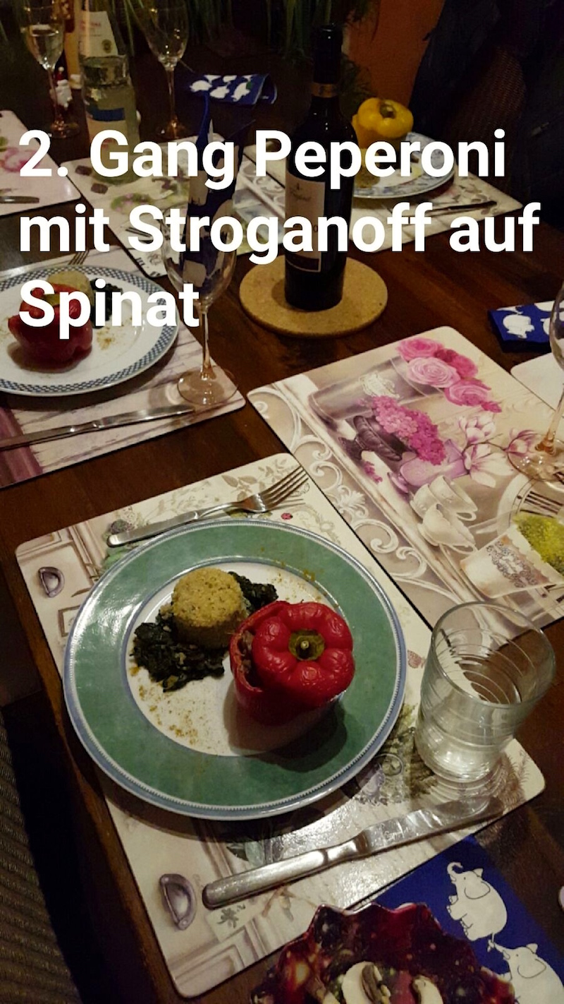 Gefüllte Paprika à la Stroganoff auf einem Spinatbeet und Quinoa-Türmchen