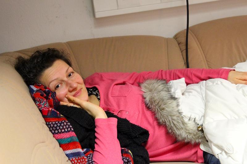 Unsere kranke Sandra behütet das Sofa