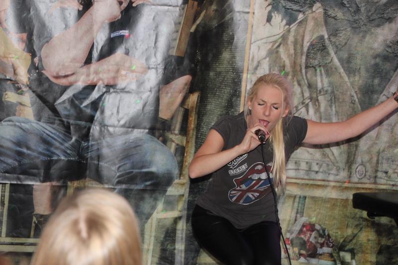 Ausbildung zum Vocalcoach: Janine rockt die Bühne.
