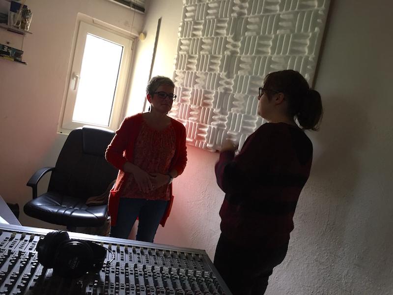 Ausbildung zum Vocalcoach: Liv erklärt Esther die Atmung
