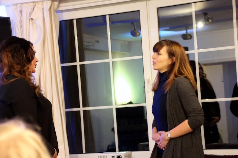 Ausbildung zum Vocalcoach: Lydia erklärt Ina die Atmung
