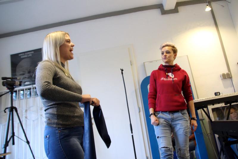 Ausbildung zum Vocalcoach: Im Raum nebenan, arbeitet Kati mit Mickela