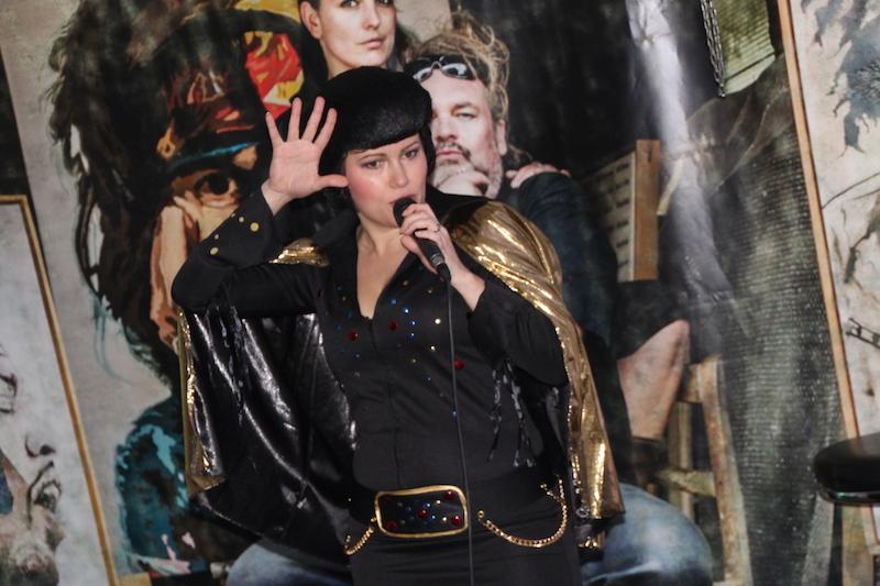 Sängerausbildung Dezember 2017: Susi überrascht im Elvis-Outfit
