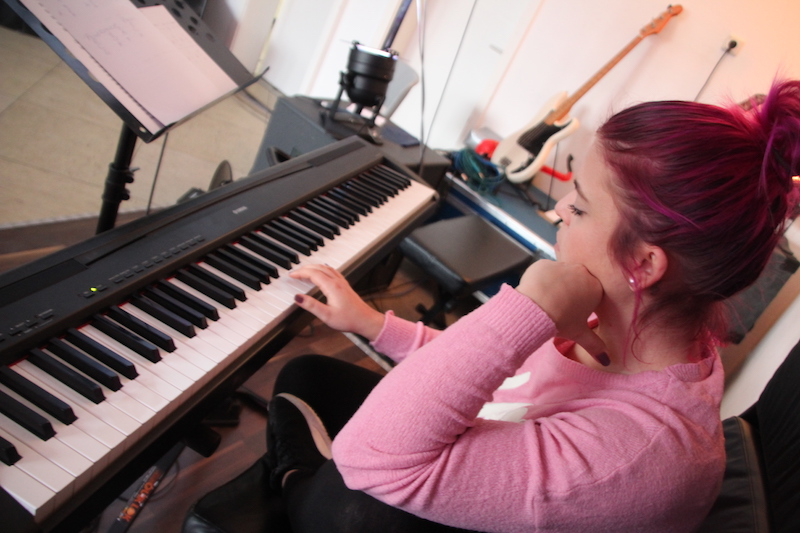Sängerausbildung März 2018: Mikka sucht die Töne auf dem Piano