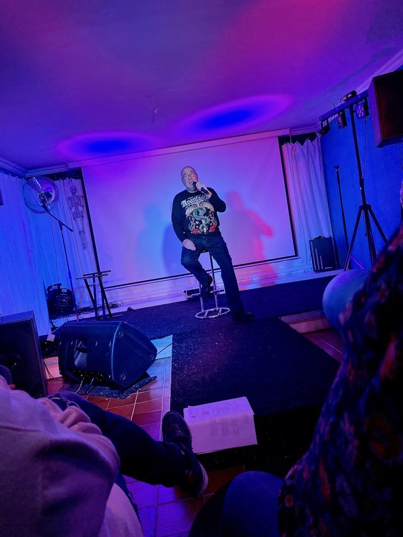 Mikei performt seinen Song