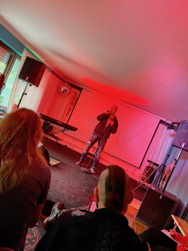 Steffen auf der Bühne uns singt seinen ersten Song