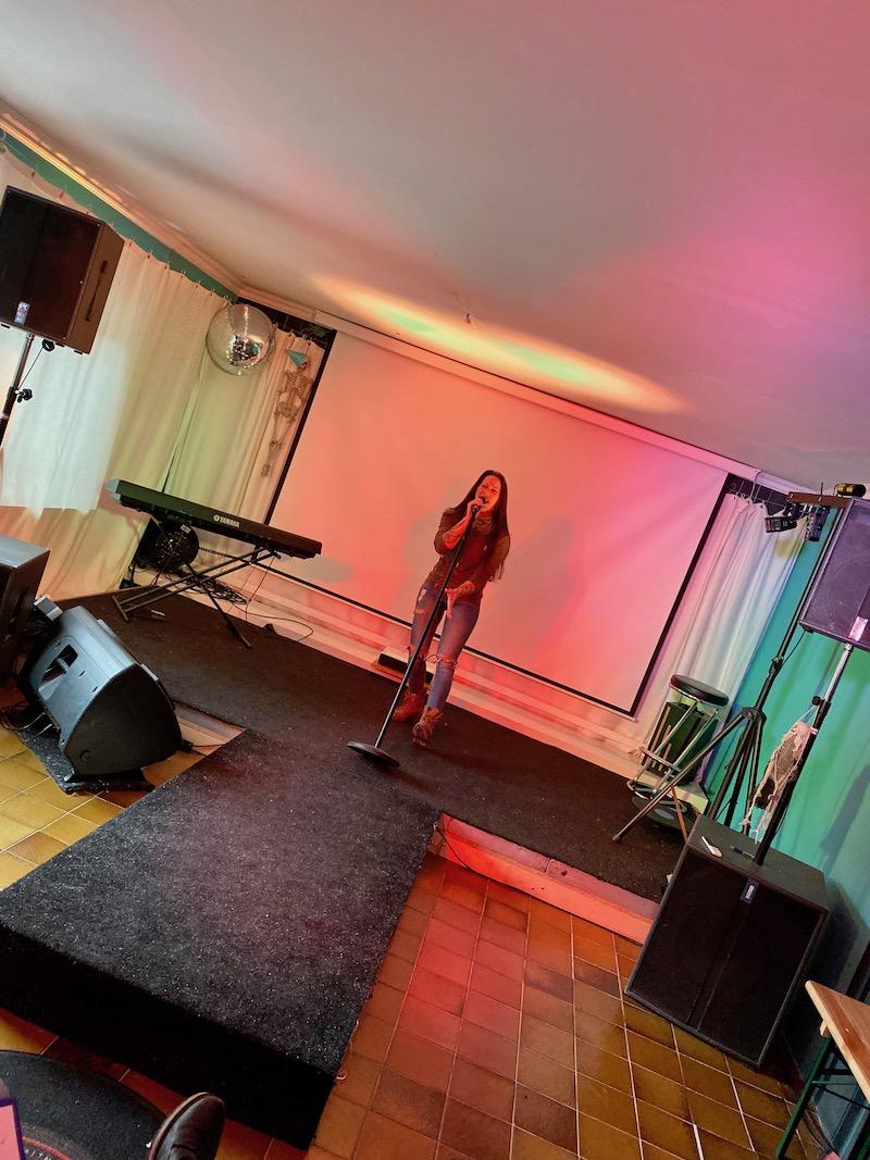 Jen auf der Bühne uns singt seinen ersten Song