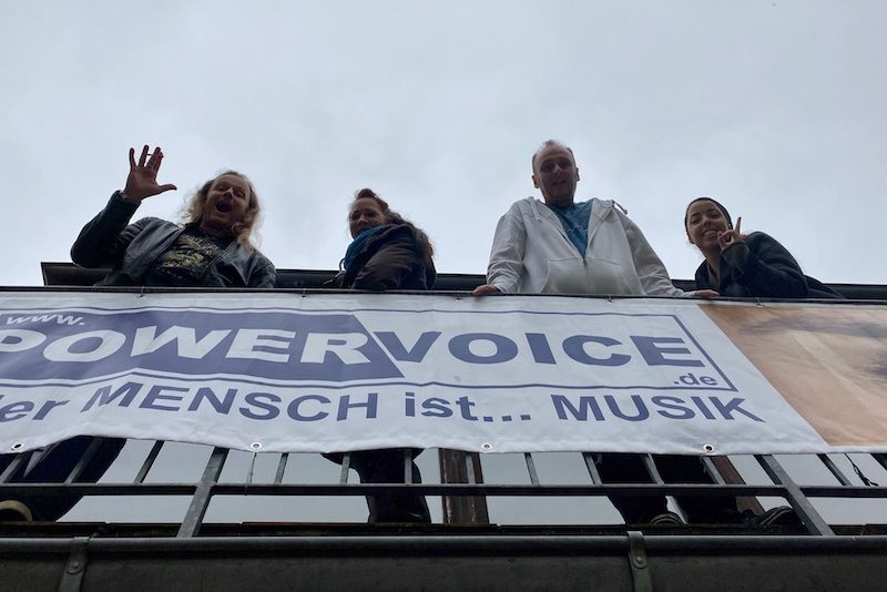 Herbie, Jen, Steffen und Jonathan schauen vom Balkon